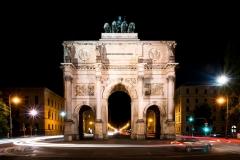 München Siegestor bei Nacht - Andy Ilmberger