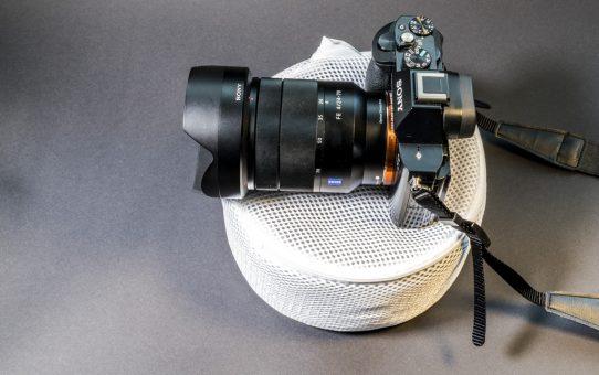 Unser mit Kaffeebohnen befüllte Sack bietet jeder Kamera als Ministativ einen wohligen Untergrund und gleicht dabei Unebenheiten am Untergrund aus. © Andy Ilmberger